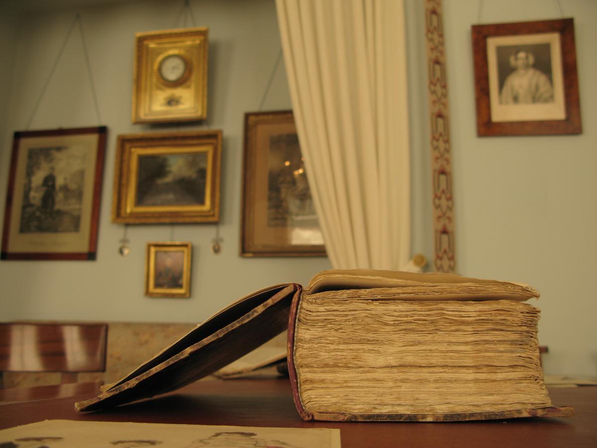 Buch im Wohnzimmer von Schloss Kirchheim; Foto: Staatliche Schlösser und Gärten Baden-Württemberg, Julia Haseloff