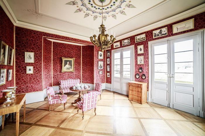 Roter Salon in Schloss Kirchheim mit neuer Möblierung aus der Zeit Henriette, museale Einrichtung