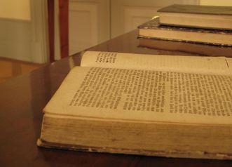 Bücher im Schreibzimmer von Schloss Kirchheim;  Foto: Staatliche Schlösser und Gärten Baden-Württemberg, Julia Haseloff