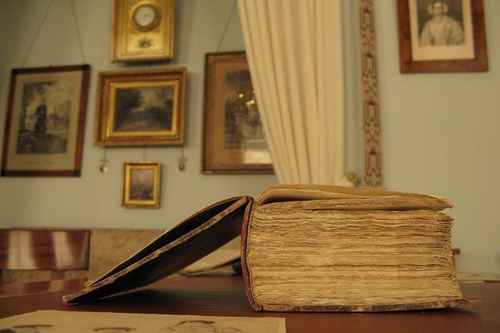Buch im Wohnzimmer von Schloss Kirchheim.