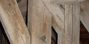 Wiedlöcher in den Balken des Dachstuhls von Schloss Kirchheim