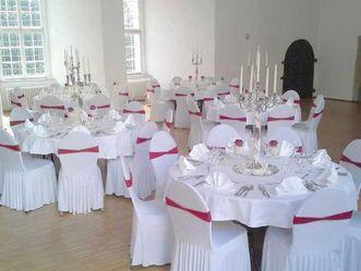 Gedeckte Hochzeitstafel in der ehemaligen Schlosskapelle