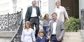 Familie auf Schlosstreppe